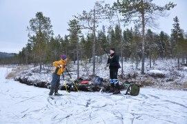 Stefan en Kjell maken zich klaar om te gaan schaatsen.